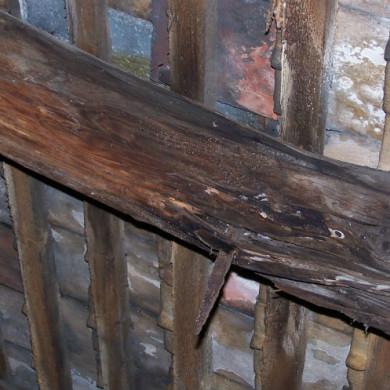 A szarufa szétkorhadásához a villámhárító szakszerűtlen rögzítése és a bádogozás hibája vezetett