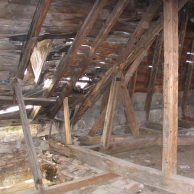 Az ideiglenesen alátámasztott tető alatt már a födém is leszakadt