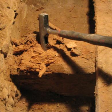 A méretes födémgerenda falon felfekvő végének egy része már a múlté