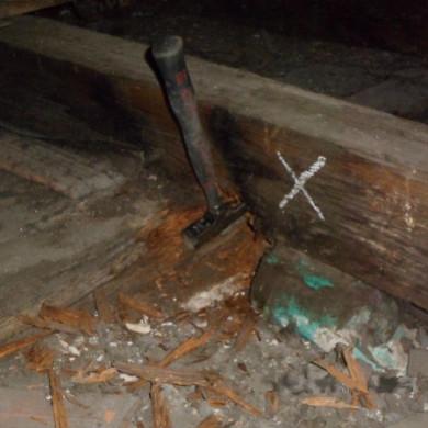 A társasház tetőgerendájának tönkremenetelét a páralecsapódás okozta