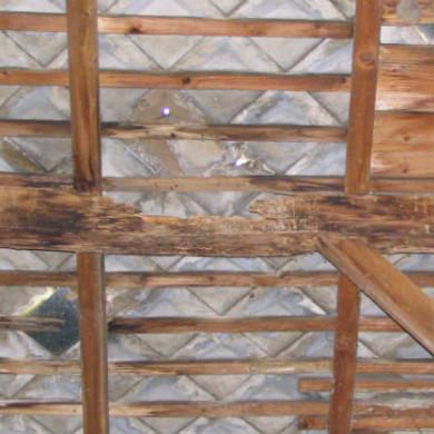 A palatető hibájából eredő beázás okozta a derékszelemen tönkremenetelét