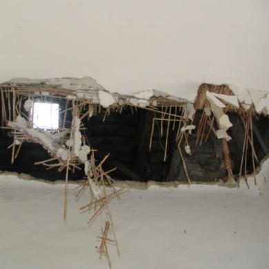 A leszakadt födémen helyén a tetőablak fénye világít be a szobába