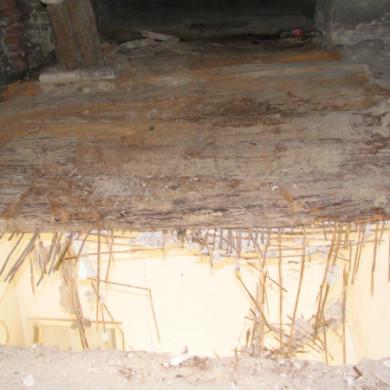 A korhadt födémgerendák gombafertőzése és leszakadása a beázás következménye