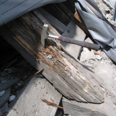 Egy műemléképület gomba és rovarfertőzött, károsodott szarufája